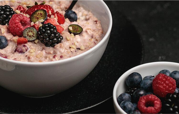 Gefriergetrocknete Bio-Früchte machen unseren Protein Porridge ganz besonders fruchtig
