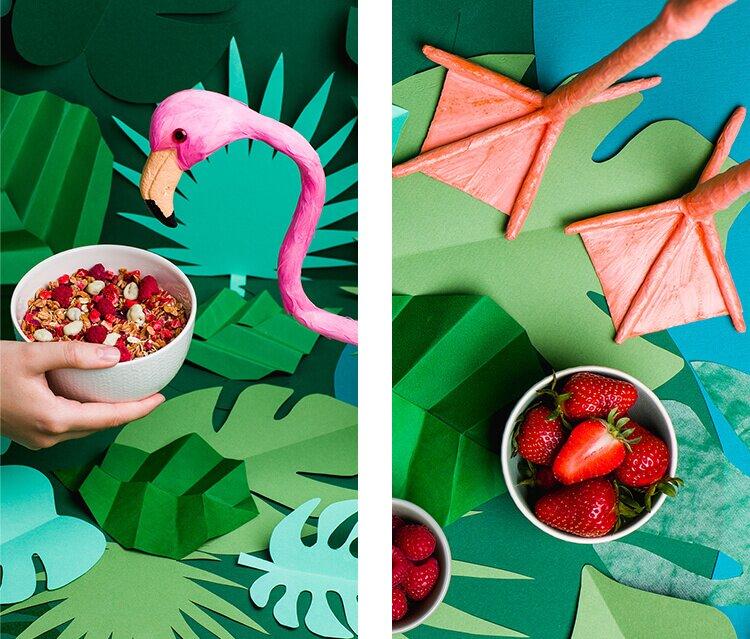 Müsli Schüsseln gefüllt mit dem Pink-Granola und frischen Erdbeeren.