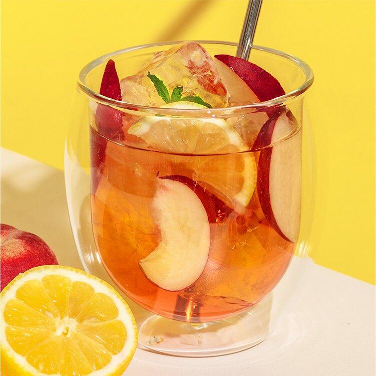 Leckerer Eistee aus unserem Peachy June mit Pfirsich, Aprikose und Kokos