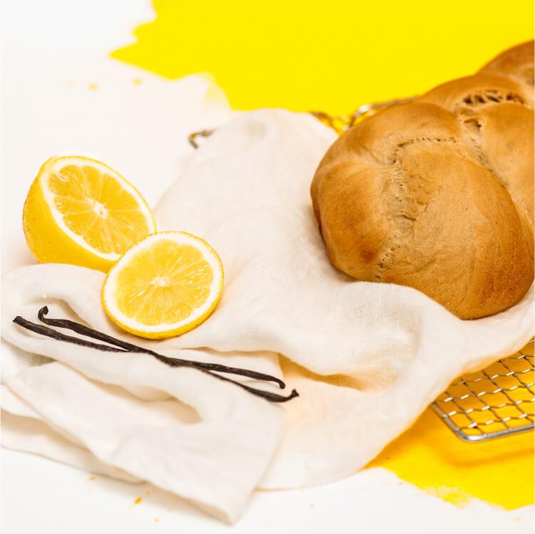 Der Hefezopf wird mit Vanille und Zitrone verfeinert