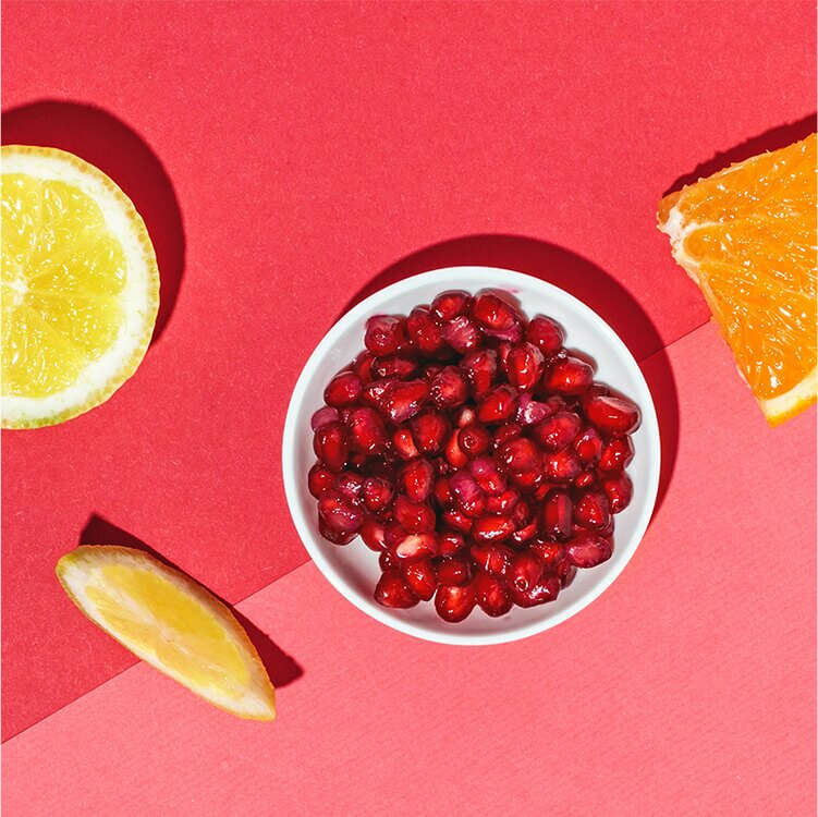 Mit leckerem Granatapfelsaft, Orangensaft und Zitrone