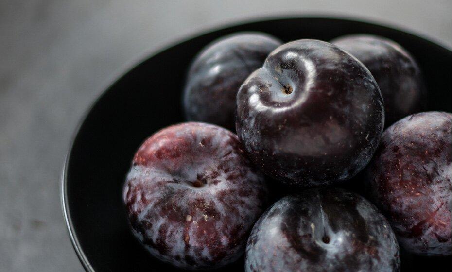 Die Pflaume passt als Spätsommerfrucht perfekt in unseren winterlichen Porridge.