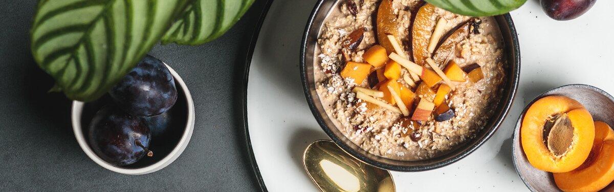 Bio-Porridge im 45g Portionsbecher mit Pflaumenstücken und Zimt.