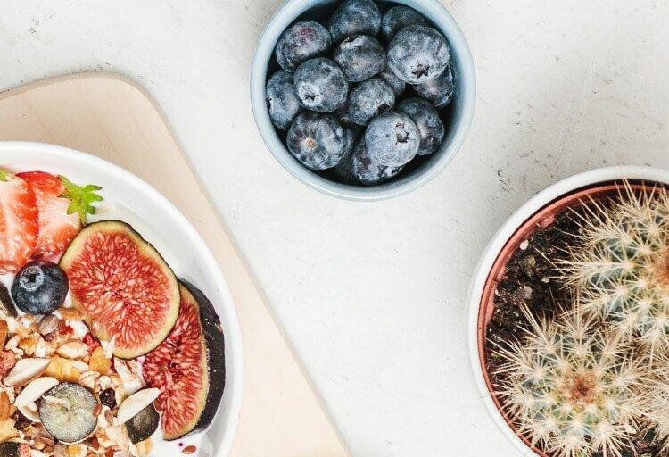 Protein Cashew Strawberry Muesli und Heidelbeeren