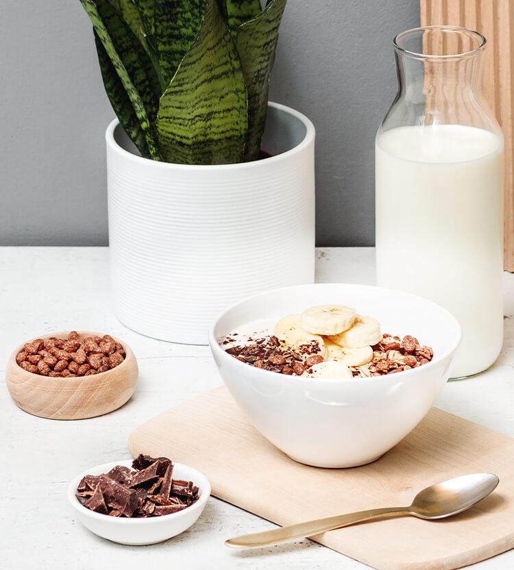 Schoko Banane Muesli mit Loeffel und Milch
