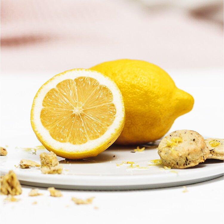 Zitronenschale abreiben für den Teig