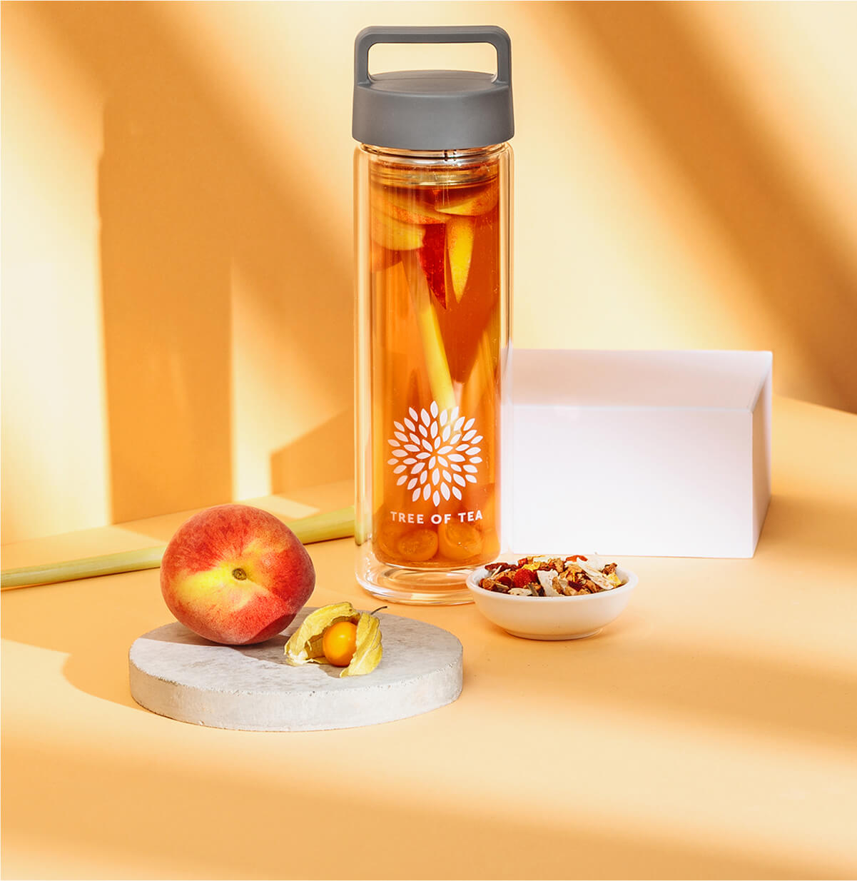 Fruchtiger Peachy June mit frischen Früchten und Kräutern