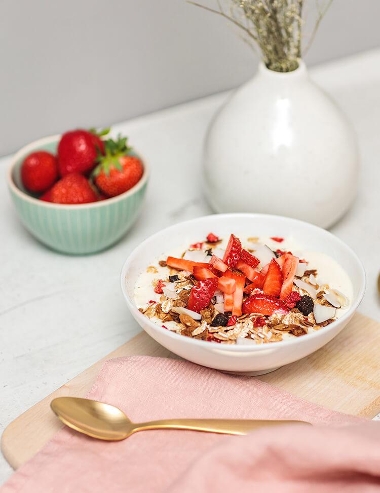Strawberry Vanilla Almond Granola in der Schale