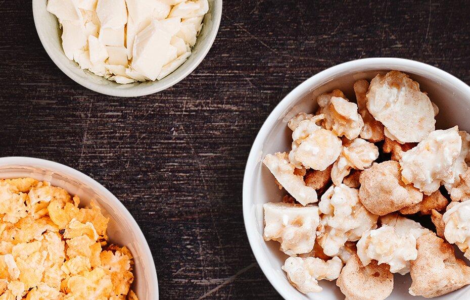 Weiße Schoko-Mais-Crispies mit Kokosraspeln verfeinert