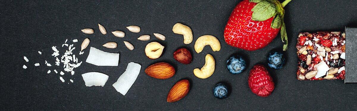 Müsliriegel aus Nüssen und Früchten.