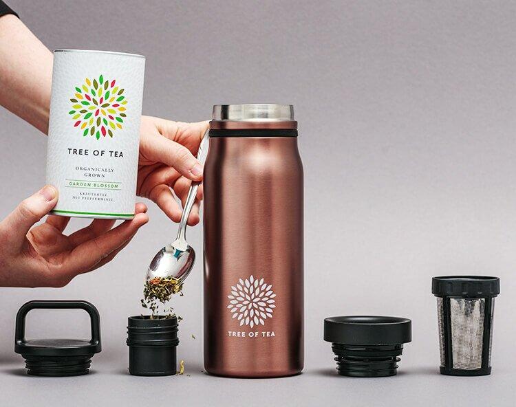 Tee unterwegs frisch aufbrühen dank integriertem Teebehälter