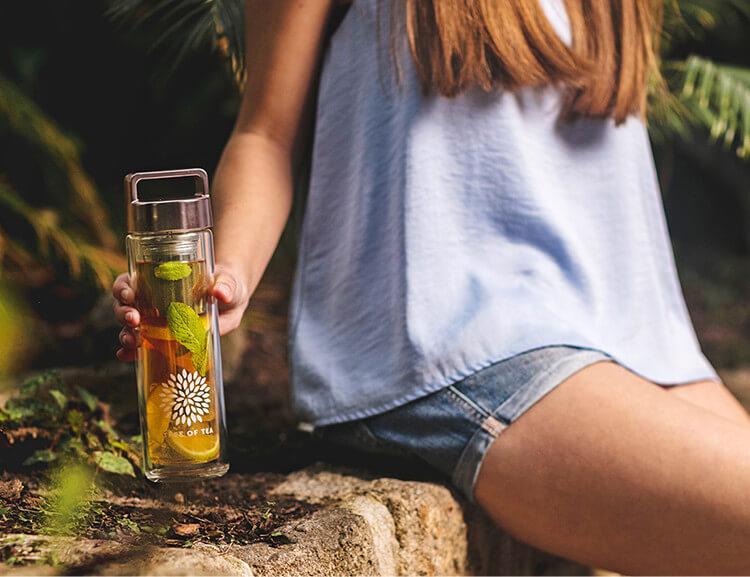 Mit der 2go Bottle kannst du Deinen frischen Bio-Tee überall hin mitnehmen.