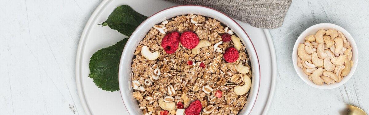 knuspriges Müsli: Himbeer Granatapfel Dinkel Crunchy mit Cashewkernen