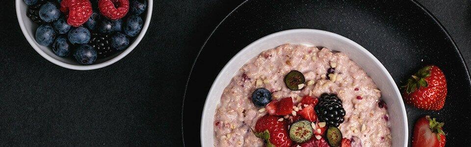 Fruchtiges Bio-Porridge mit viel Protein.