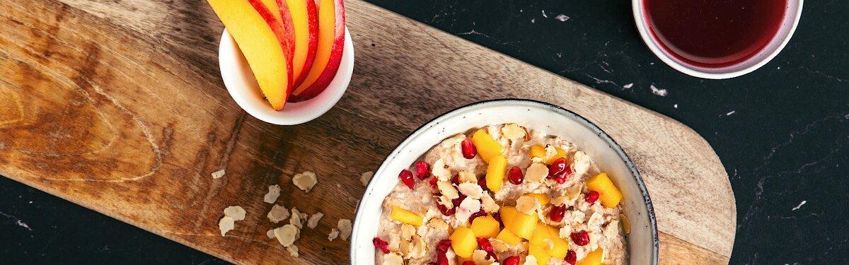 Sommer Porridge mit Mango und Granatapfel