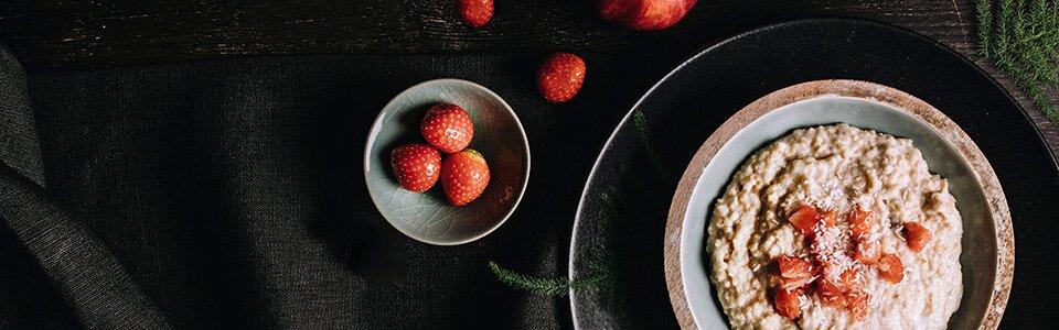 Porridge-Genuss mit Erdbeeren
