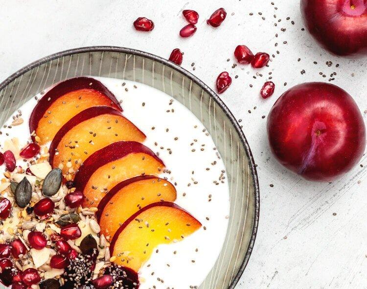Bio-Müsli mit einem fruchtigen Mix aus Mix aus Brombeeren, Himbeeren, Granatapfelkernen und roten Johannisbeeren .