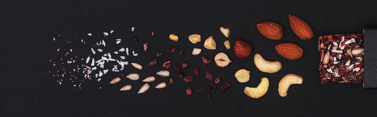 Paleo Müsliriegel mit Cashews und Kokoschips.