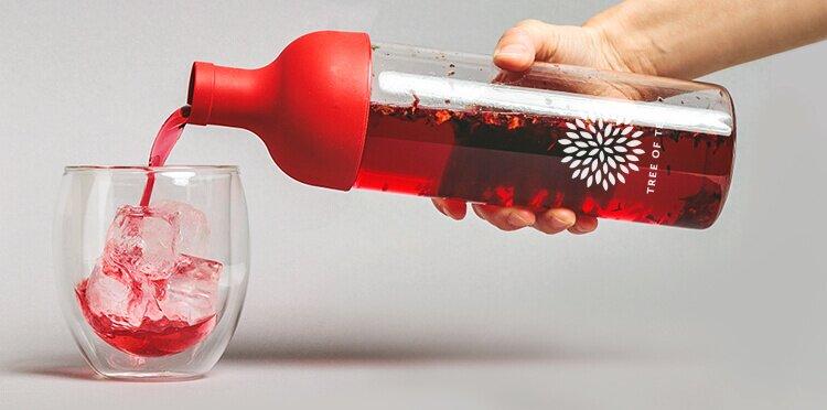 Praktische Eisteeflasche mit integriertem Sieb