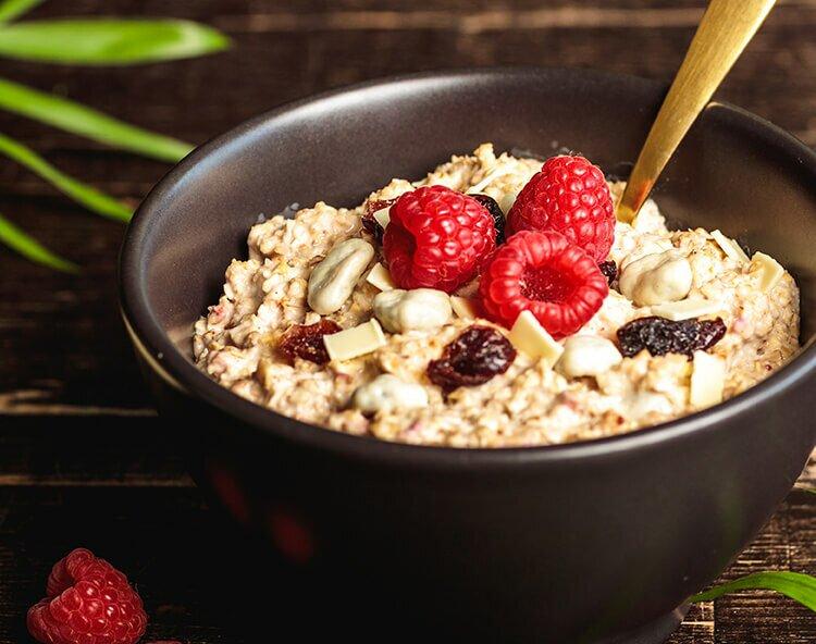 Unser Protein-Porridge besteht aus zart schmelzenden Haferflocken und Molkenproteinkonzentrat