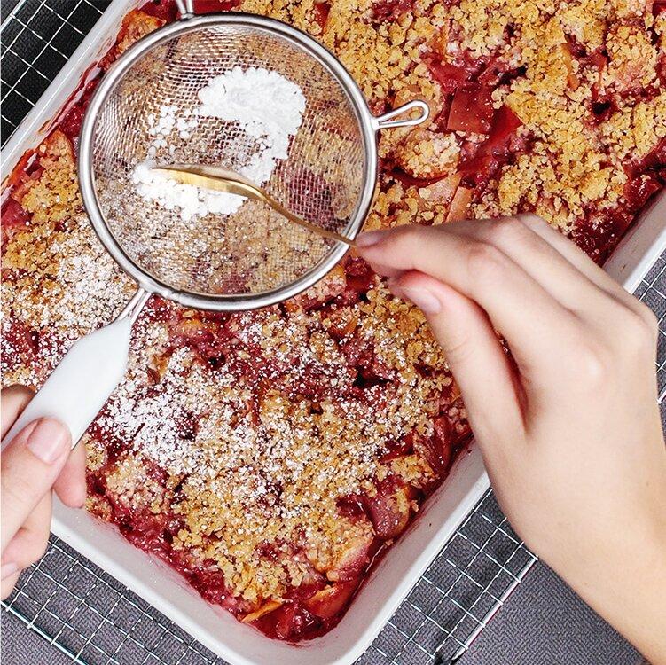 Mit Puderzucker den Kuchen verfeinern
