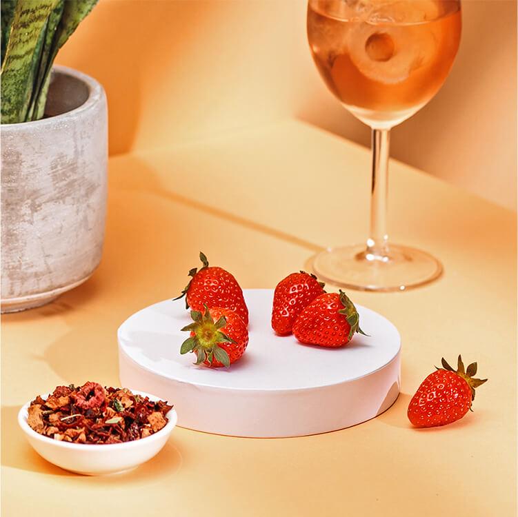 Roséwein und Erdbeeren mit fruchtigem Red Ruby