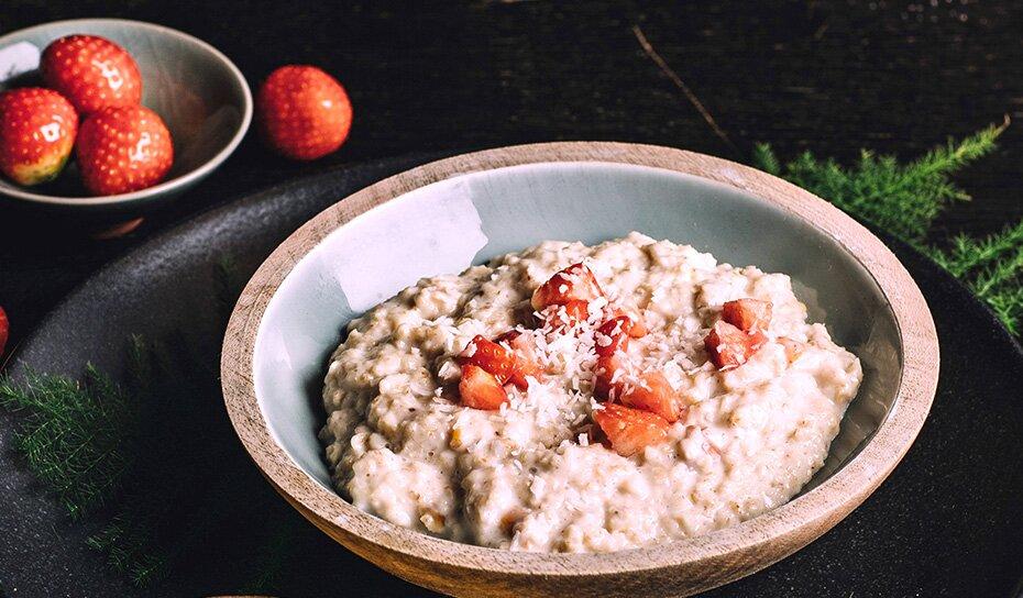 Porridge mit Erdbeeren Corn-Crisper und Kokosflocken
