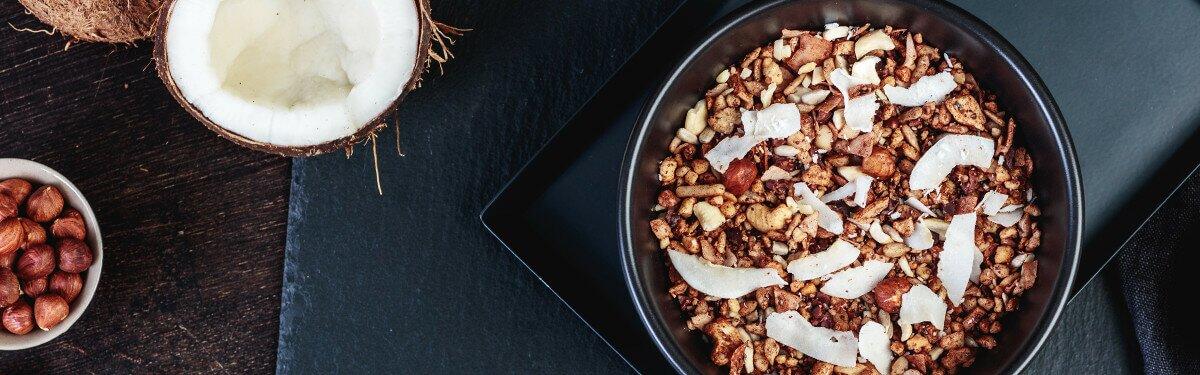 Paleo Müsli mit Kakaopulver und knackigen Kakaosplittern.