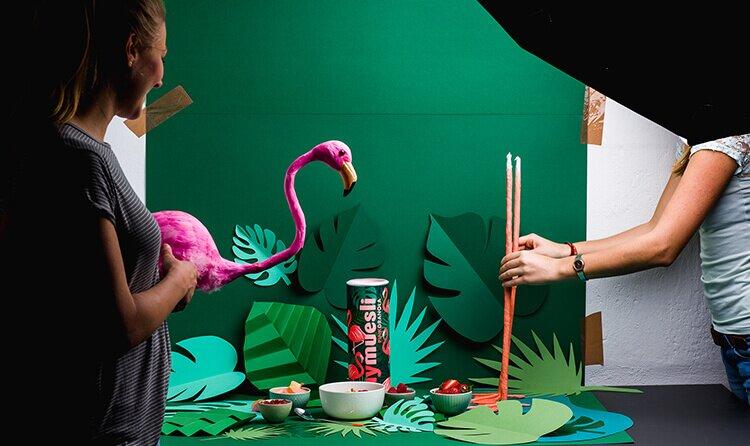 Flamingo Müsli - beim Shooting mit viel Dekoration.