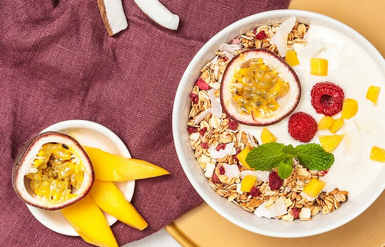 Mango Passionfruit Granola mit Kokos und Himbeeren