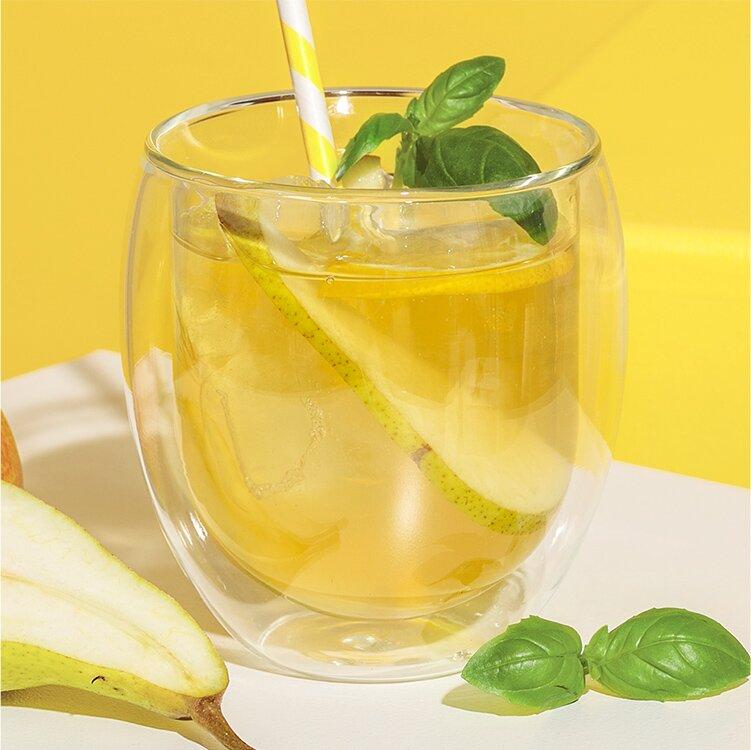Den grünen Birne-Basilikum-Eistee im Teeglas servieren und schmecken lassen!