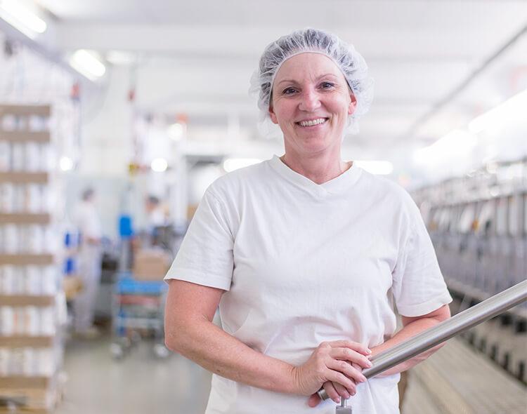 Mymuesli-Mitarbeiterin in der Müsli-Manufaktur