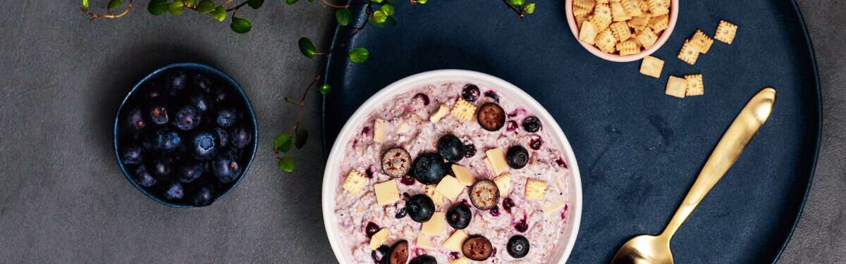 Blueberry Cheesecake Porridge mit Mini-Butterkeksen.