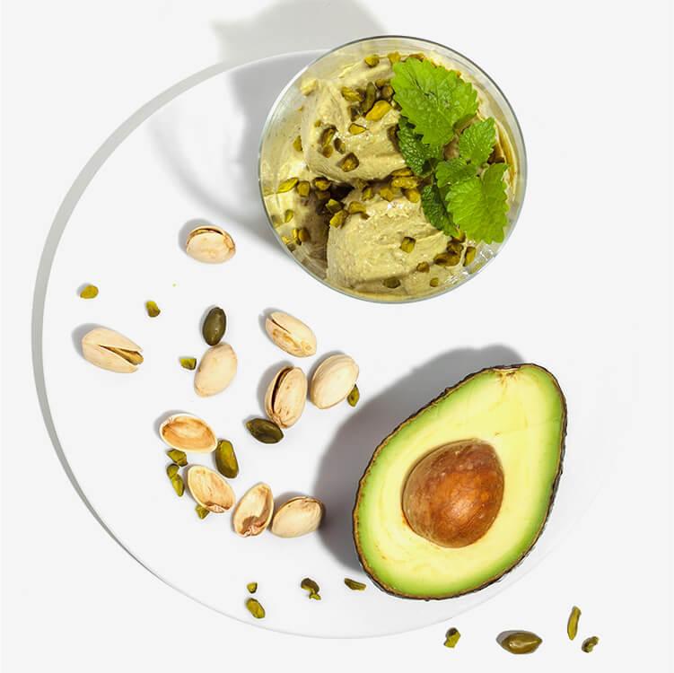Avocado und Pistazien geben dem Eis die knallige Farbe
