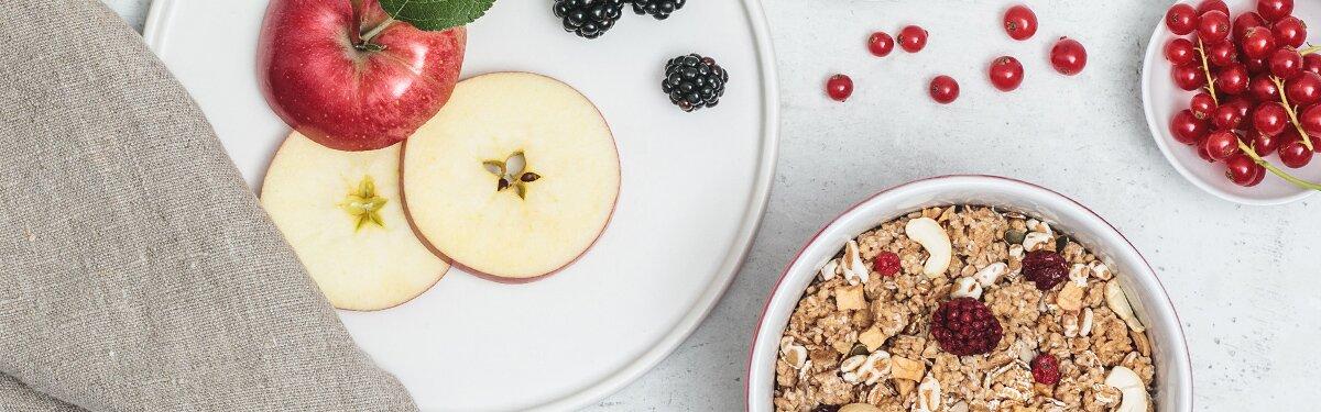 Bio-Müsli mit getrockneten Apfelstücken und roten Johannisbeeren.