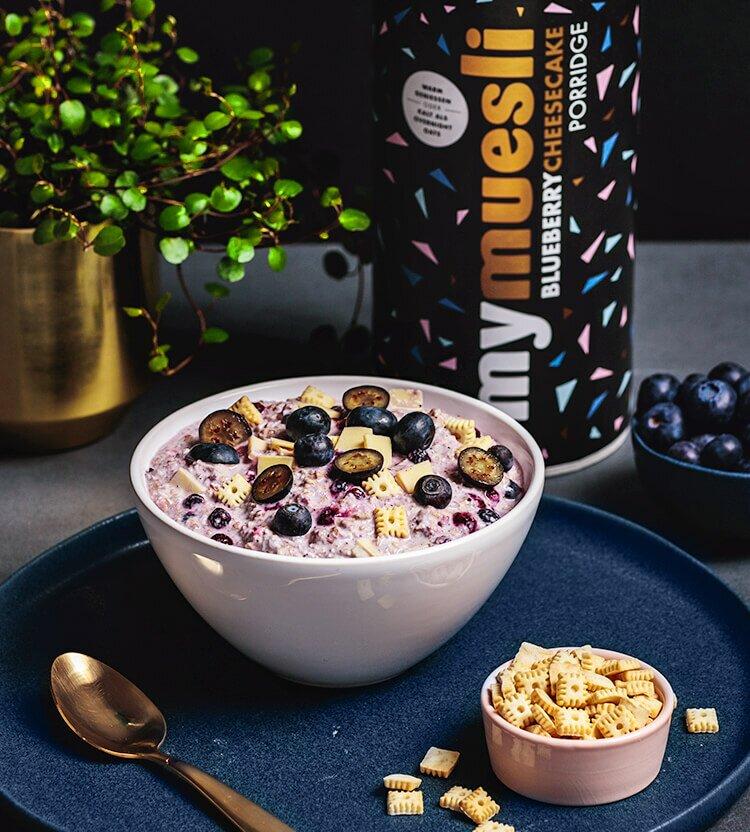 Blueberry Cheesecake Porridge Dose, serviert in einer Schale.