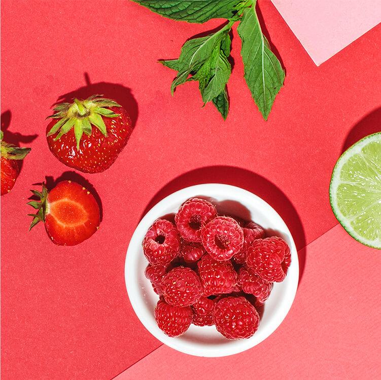 Himbeeren, Erdbeeren und Limette verfeinern den Cocktail