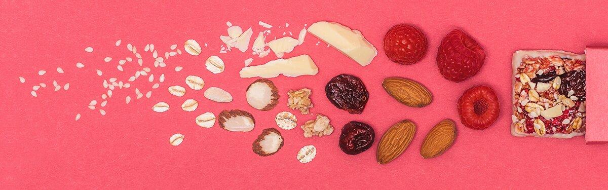 Bio-Müsliriegel mit vielen Früchten und weißer Bio-Schokolade.