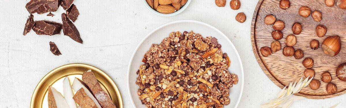 Chocolate Hazelnut Almonda Granola mit Schokolade und Nuessen