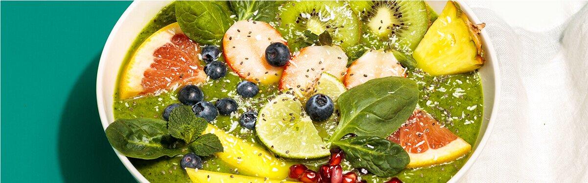 Grüne Smoothie Bowl mit grünem Obst , Gemüse und Kokos Nilk