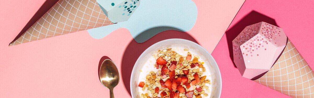 Frische Erdbeeren in einer Schale mit dem fruchtigen Müsli.
