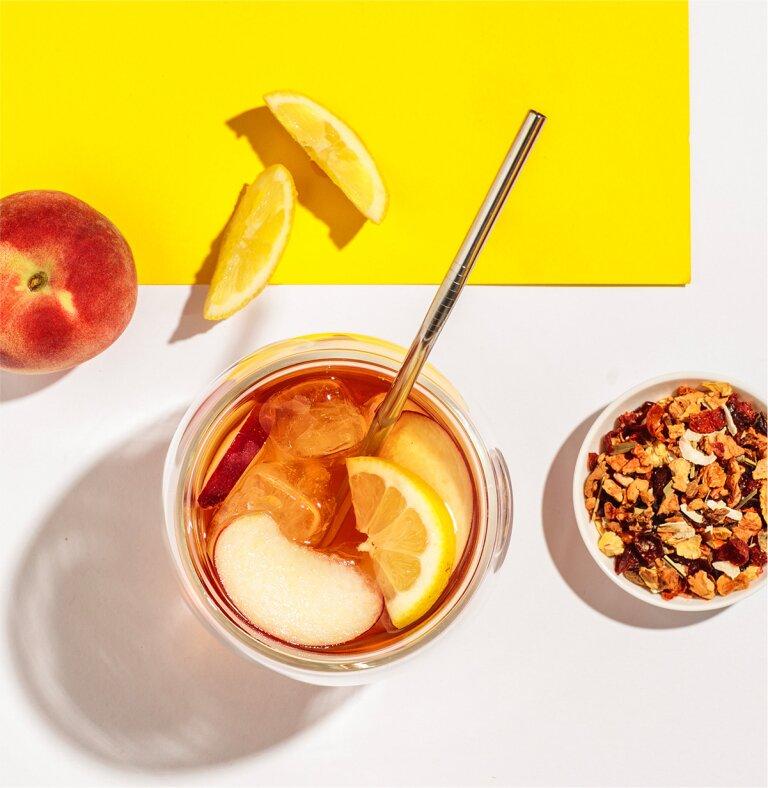 Fruchtiger Eistee mit Peachy June Früchtetee