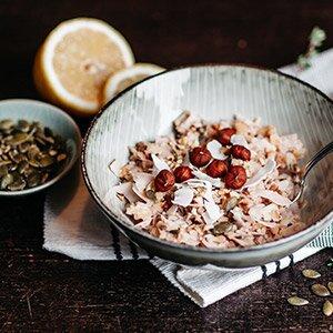 Ontbijtpap met kokosmelk, noten, zaden en banaan
