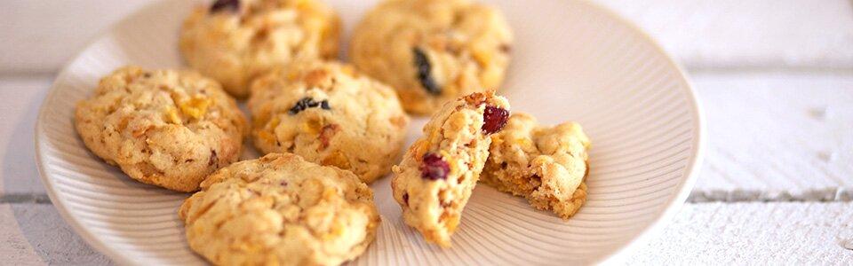 Cornflakes-Kekse schmecken knusprig und erhalten mit Cranberries einen süß-fruchtigen Geschmack