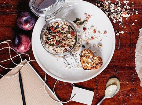 Energieriegel vor dem Sport oder Snack im Büro mit Müsli