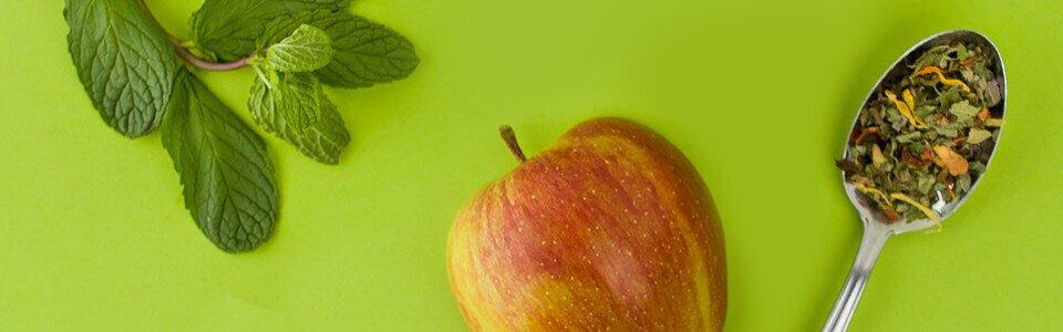 Erfrischender Kräutertee mit frischer Minze und Apfel.