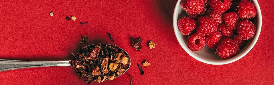 Köstliche Zutaten aus Wildsammlungen. Red Ruby Früchtetee.
