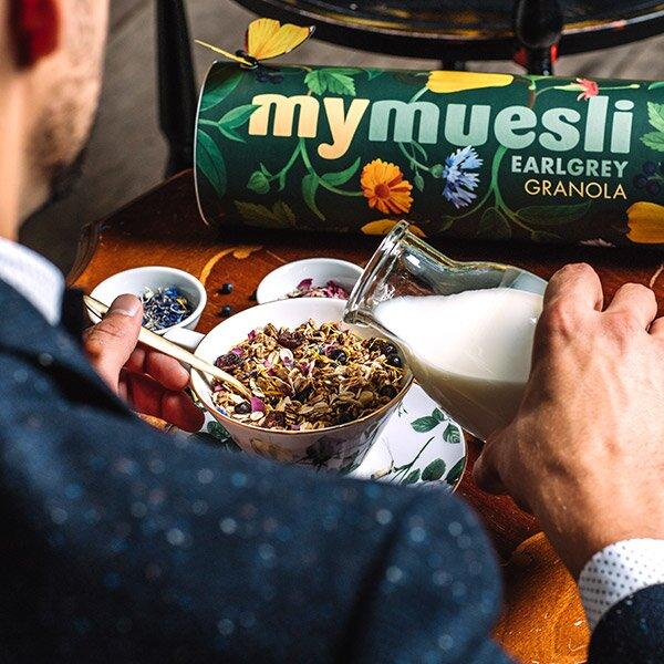 Der moderen Earl Grey isst Müsli zum Tee