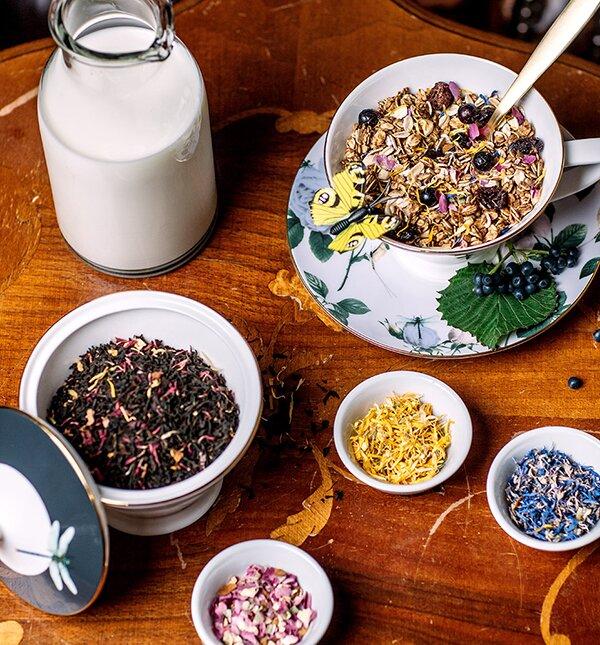 Zutaten des Granolas: Kornblüten, Johannisbeeren und Schwarztee