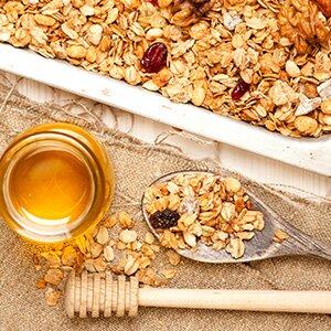 Bei der Zubereitung des Brotes wird in Honig gebackenes Müsli als Zutat genutzt